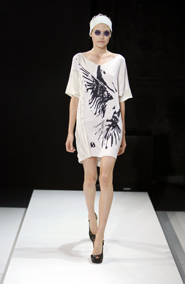 While we may not be fans of the John Lennon shades, the printed dress with side details is a nice daytime option.