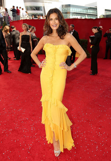 Teri Hatcher in Monique Lhuiller. Though not our favorite dress, we're amazed at how flattering the ruffles are.