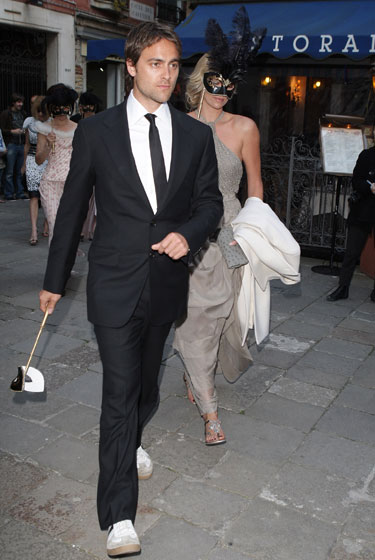 Stuart Townsend wore sneakers. To a PPR wedding. <em>Sneakers</em>.