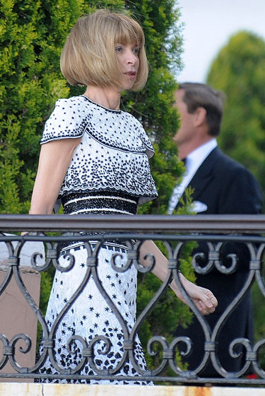 Ooh, it's Anna Wintour! In spring 2009 Chanel couture she has worn in public before! SHE MUST BE SHOPPING HER CLOSET. Note her refusal to wear the black mask.