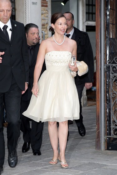 Ashley Judd looks like a bridesmaid, and we're not sure that's a good thing.