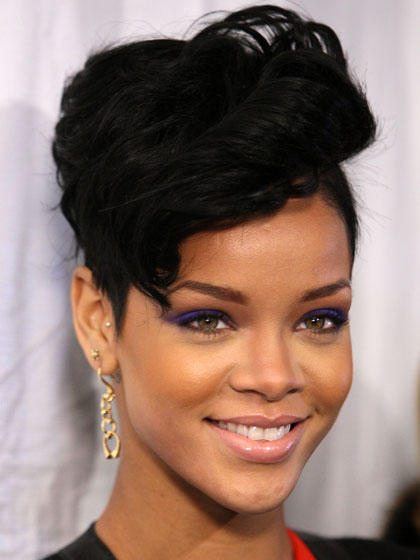 Rihanna channels a sixties Motown pompadour, by way of Little Richard. To balance out the statement hair, she kept her lips simple and used a slight brush of purple shadow in the crease.