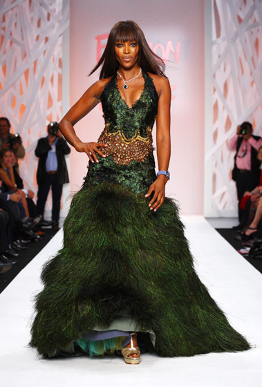 Zac Posen designed this incredible peacock dress. Don't you want to cop a feel of that skirt?
