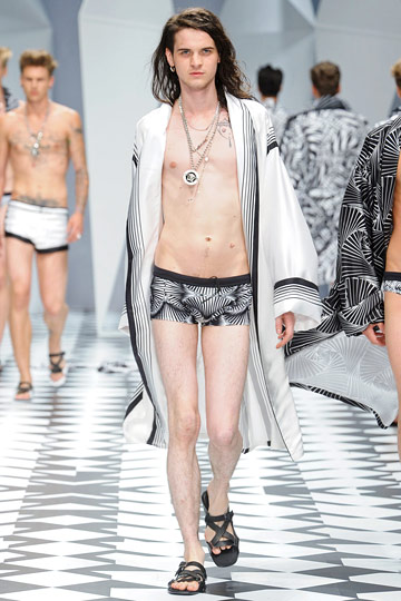 Don't let <em>another</em> set of mandals distract you from this smooth, nude Versace torso.