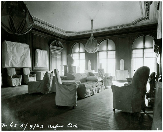 A photograph of the Living Hall during the transition from mansion to museum in 1933.