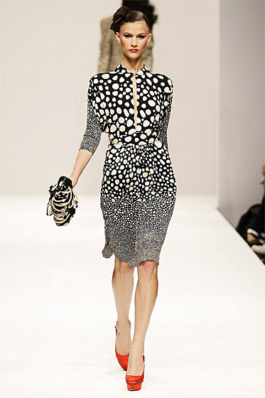 Another print, from fall/winter 2009, in a typically loose and easy-to-wear knee-length dress.