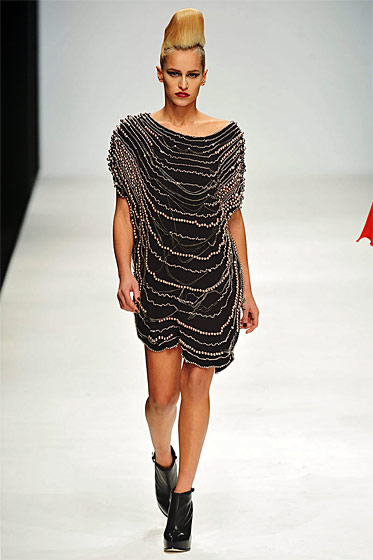 From the current fall/winter 2010 collection, a loose short dress with chain pattern.